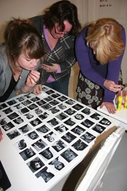 Tijdens de workshop kiezen deelnemers een foto voor hun persona.